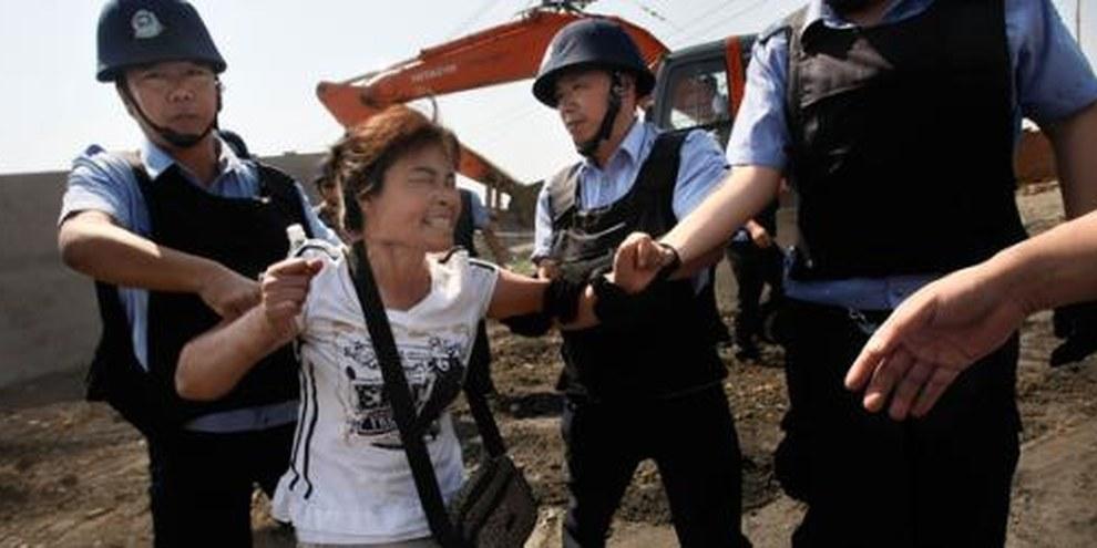 Sloggiati e maltrattati dalla polizia cinese.