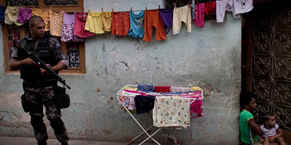 Le violenze da parte della polizia sono una realtà quotidiana nelle favelas | © AI