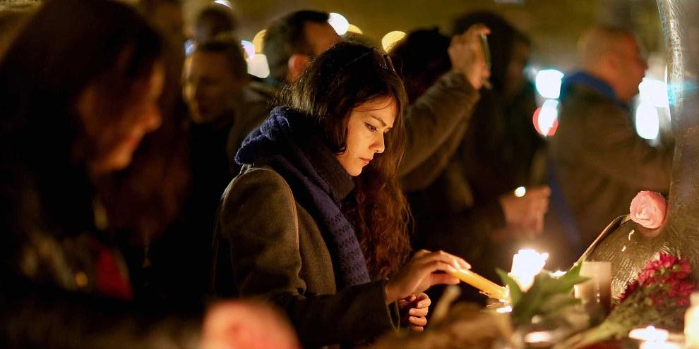 All'indomani degli attentati di Parigi da tutto il mondo giungono messaggi di solidarietà con le vittime e le loro famiglie.© Pierre Suu/Getty Images
