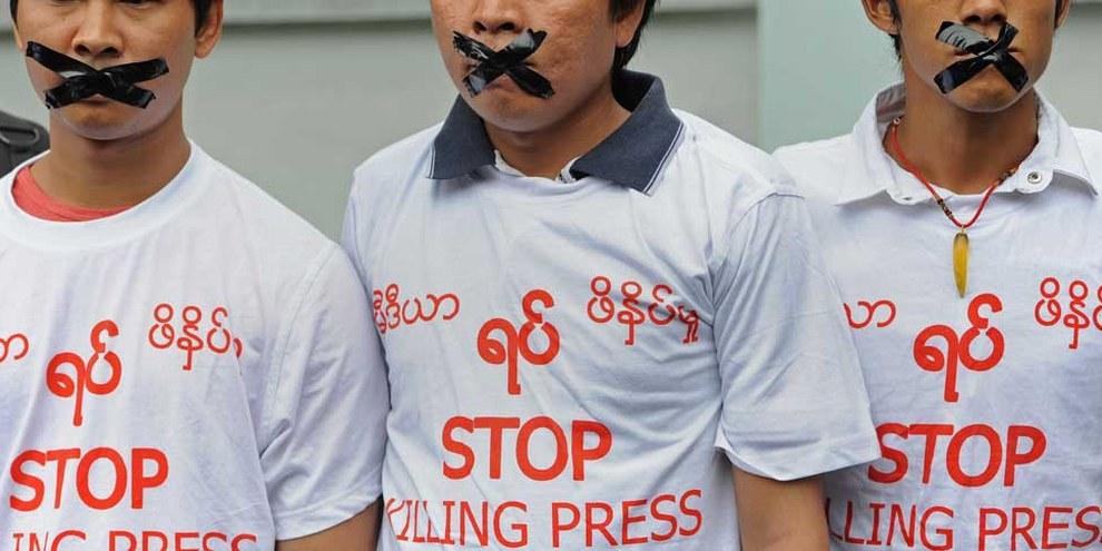 Azione di protesta di giornalisti birmani in solidarietà con cinque colleghi condannati a 10 anni di prigione.