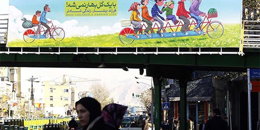 """A Teheran grandi manifesti promuovono le famiglie numerose con slogan simili a questo: """"La primavera non si accontenta di portare un solo fiore""""© IRNA"""