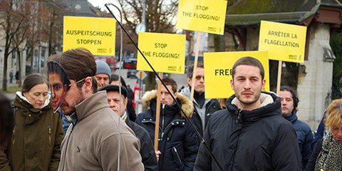 Una cinquantina di persone manifestano a Berna contro le frustate ai danni di Raif Badawi. © Amnesty International