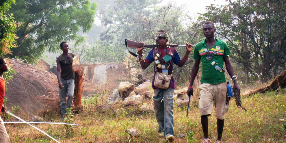 Membri della milizia anti-Balaka coinvolti nelle razzie, incluso il rogo di una moschea, a nord di Bangui, 23 gennaio 2014.