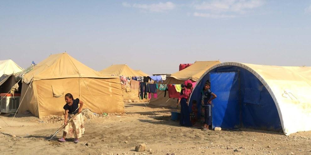 Dopo la presa di Mosul da parte dello Stato Islamico migliaia di persone sono fuggite: oggi vivono in campi come questo a Amariyat al-Falluja. © Amnesty International
