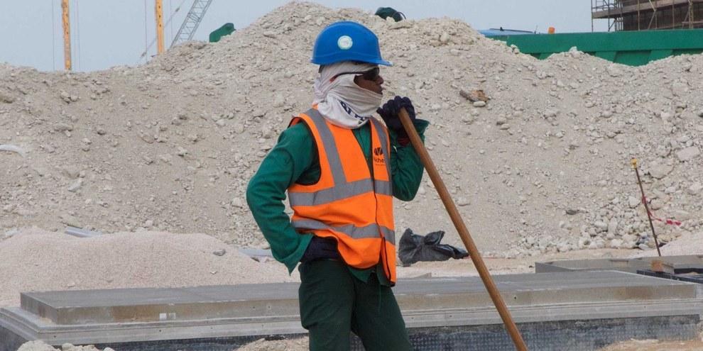 I lavoratori, in particolare quelli impegnati nella costruzione degli stadi e delle infrastrutture della Coppa del mondo di calcio, sono esposti al pericolo di lavoro forzato.  © Amnesty International