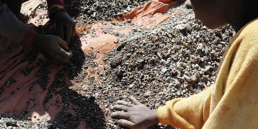 Charles, 14 anni, seleziona pietre contenenti cobalto con suo padre lungo la riva del lago Malo, nella provincia del Katanga, Repubblica Democratica del Congo. Maggio 2015 © Amnesty International and Afrewatch