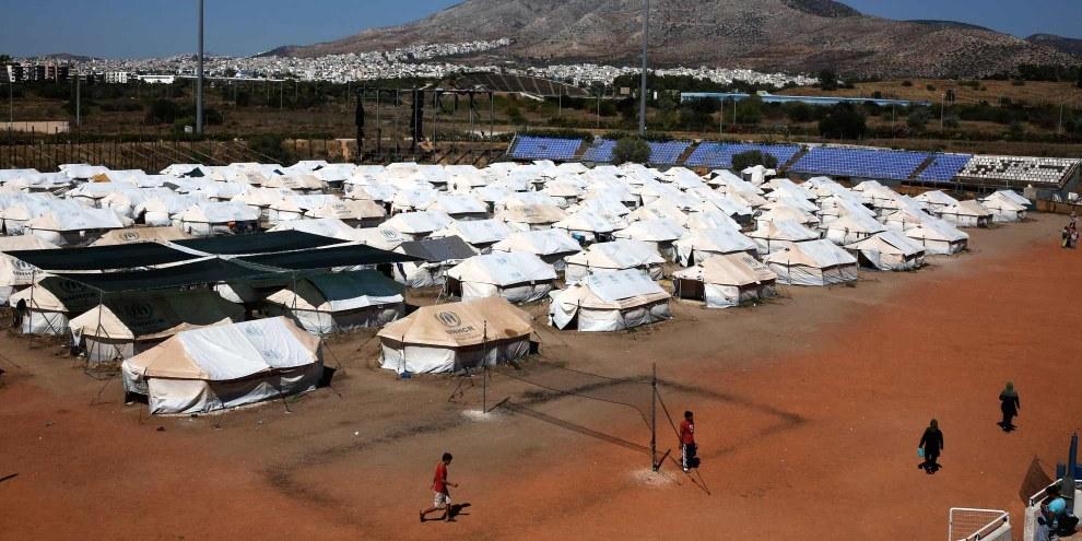 Il vecchio campo di baseball a Elliniko, Atene. Migliaia di persone, la maggior parte afghani, bloccati da mesi in condizioni disumane© Giorgos Moutafis/Amnesty International