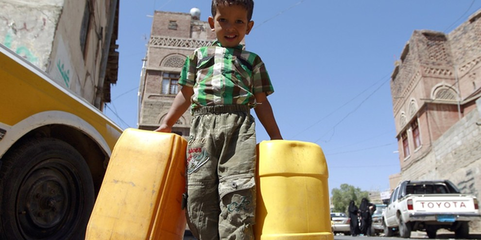 Un bimbo va a cercare l'acqua a Sanaa, nel bel mezzo di una crisi di approvigionamento idrico, 22 ottobre 2015©MOHAMMED HUWAIS/AFP/Getty Images