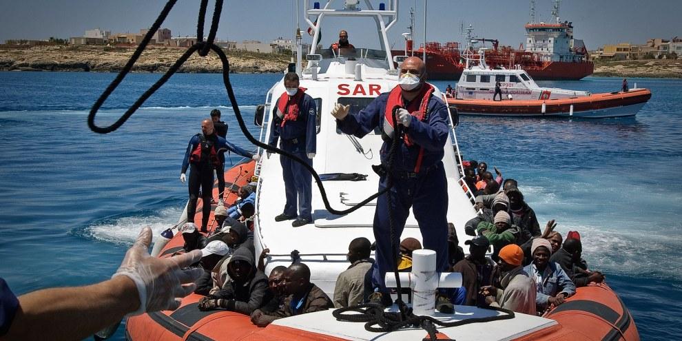 142 persone, tra le quali 30 donne e tre bambini, navigavano da Tripoli. Sono stati soccorsi prima che l'imbarcazione affondasse. © UNHCR/F. Noy