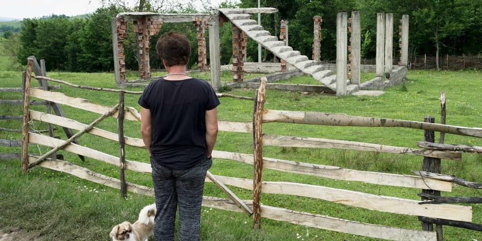 Una sopravvissuta davanti alle macerie della sua casa. Il sostegno dello stato e i programmi di aiuto arrivano raramente nelle campagne. © ZIYAHGAFIC