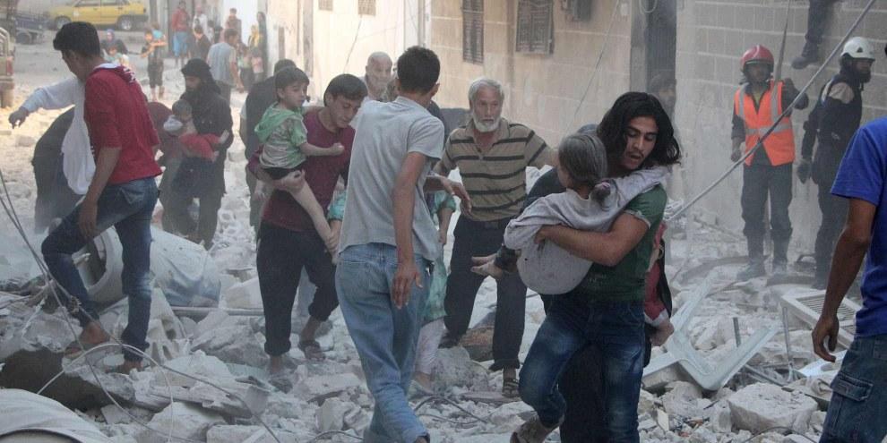 Idlib è stata spesso al centro di raid aerei. Qui, nel settembre 2016, il tentativo di salvare i feriti dalle macerie in seguito a uno di questi attacchi aerei. © OMAR HAJ KADOUR/AFP/Getty Images