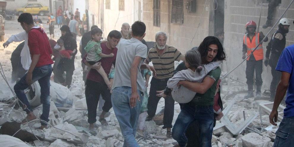 In Siria i civili sono le principali vittime dei bombardamenti, come qui a Idlib nel settembre 2016. A Raqqa delle munizioni al fosforo bianco sono state usate dalla coalizione a guida statunitense nel giugno 2017. L'impiego di fosforo bianco in vicinanza dei civili è contrario al diritto internazionale umanitario. © OMAR HAJ KADOUR/AFP/Getty Images