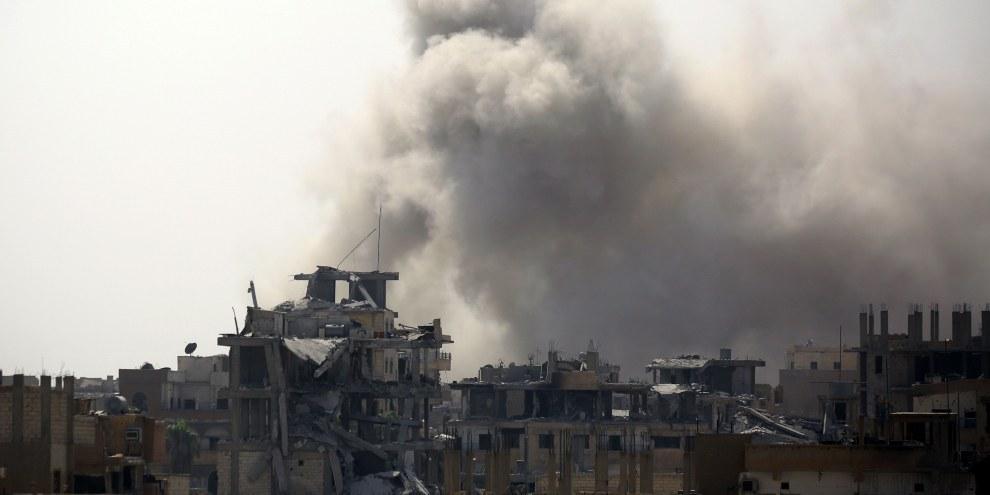 I civili sono intrappolati, da una parte dispositivi esplosivi nascosti e cecchini dell'Isis, dall'altra i continui tiri d'artiglieria e gli attacchi aerei delle forze della coalizione a guida USA, che combattono a fianco delle Forze democratiche siriane. © DELIL SOULEIMAN/AFP/Getty Images