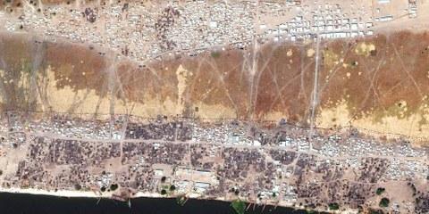 Immagini satellitari risalenti al marzo 2017 mostrano la distruzione di abitazioni e beni civili nei quartieri al centro di Wau Shilluk. © DigitalGlobe 2017, NextView License