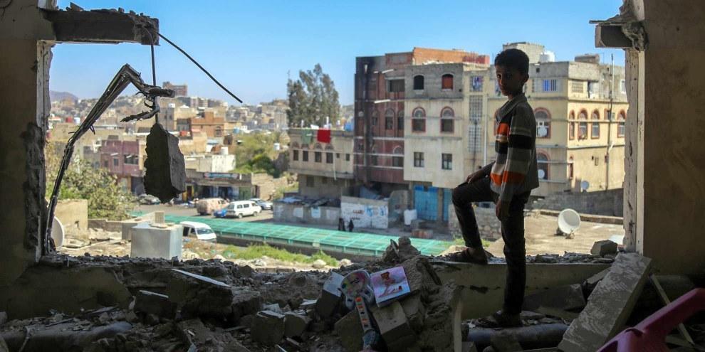 Un bambino yemenita dopo un attacco aereo contro il suo quartiere.© AHMAD AL-BASHA/AFP/Getty Images