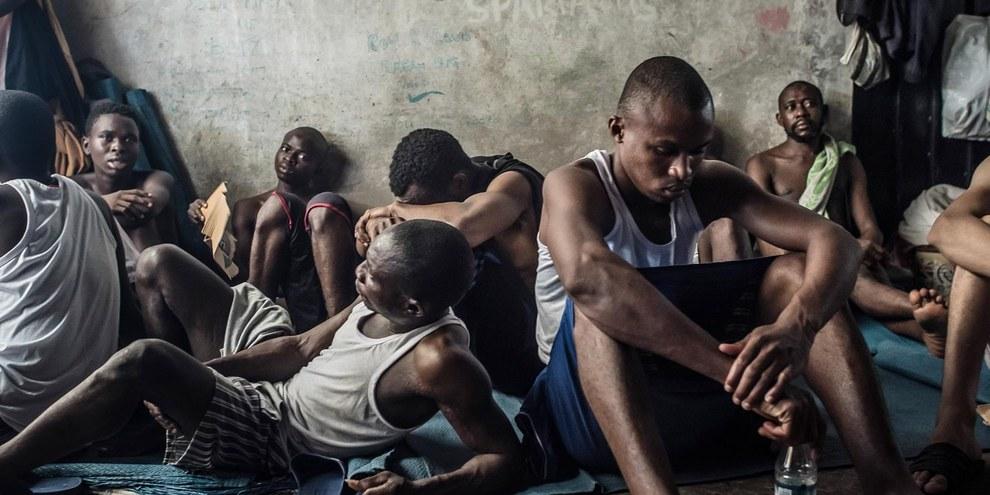 Rifugiati detenuti nel centro Tarik Al Sika a Tripoli, in Libia © Taha Jawashi