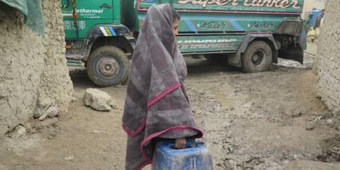 In Afghanistan ci sono più di un milione di sfollati interni, come questa ragazza che vive in un campo profughi vicino a Kabul.© Amnesty International