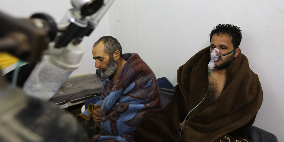 Cinque persone hanno necessitato di cure dopo l'attacco da parte del regime siriano sulla città di Saraqib, nel nord-ovest del paese © Omar Haj Kadour /AFP/Getty Images