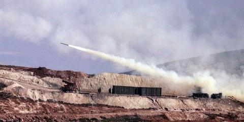 Tiri d'artiglieria turchi sulle posizioni siro-kurde nella regione di Afrin, 9 febbraio 2018 © AP / Keystone