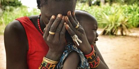 Madre e figlio sono stati costretti a fuggire dal proprio villaggio, nel Leer, per fuggire alle persecuzioni © Amnesty International