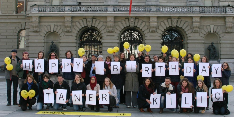 La Sezione svizzera di Amnesty International fa i propri auguri a Taner Kılıç, in carcere da nove mesi in Turchia, chiedendo la sua liberazione. © Amnesty International