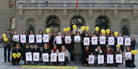 La Sezione svizzera di Amnesty International fa i propri auguri a Taner Kılıç, in carcere da nove mesi in Turchia, chiedendo la sua liberazione. © Amnesty International