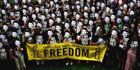 Azione di solidarietà con Taner Kiliç durante l'Assemblea mondiale 2018 di Amnesty International. © Szymon Stepniak