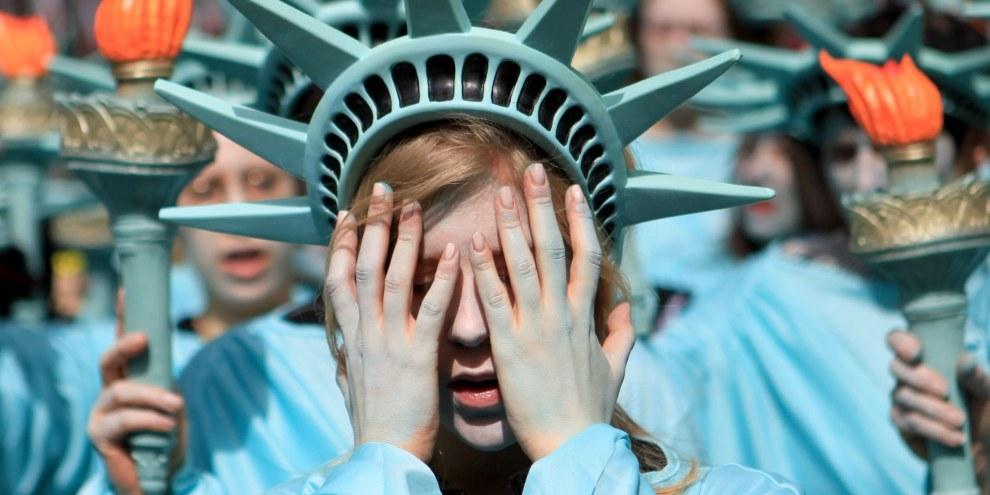 """100 """"statue della libertà"""" si erano riunite davanti all'ambasciata degli Stati Uniti a Londra nell'aprile 2017. ©Marie-Anne Ventoura/Amnesty UK"""