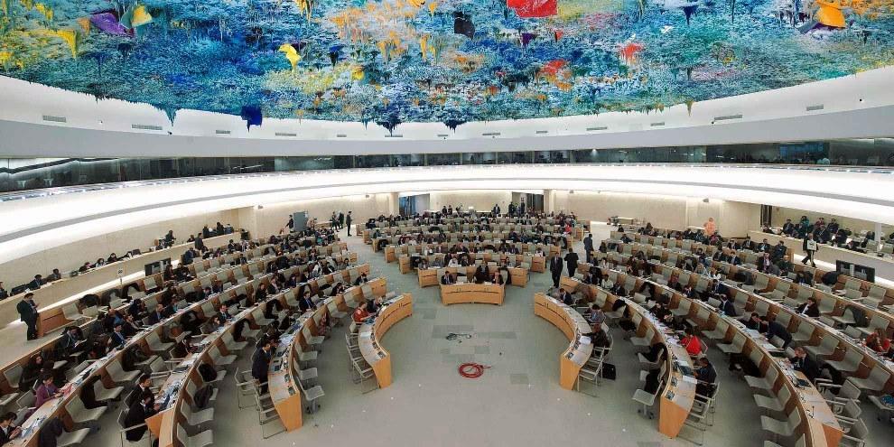 Ogni quattro anni e mezzo gli Stati membri delle Nazioni Unite sono interrogati su come rispettano i diritti umani, un meccanismo del Consiglio dei diritti umani denominato Esame periodico universale (EPU). Devono rispondere alle domande dei loro pari, che formulano anche delle raccomandazioni. © UN Photo