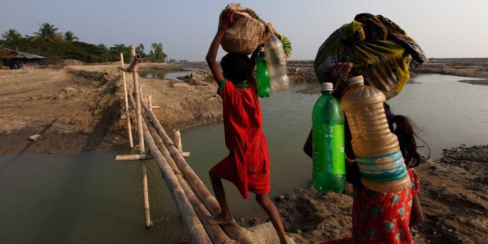 20 anni fa Taplur Char, sull'isola di Kutubdia in Bangladesh, era una terra verde e fertile, coltivata. Oggi è sommersa dal mare. L'innalzamento delle acque ha ridotto la superficie dell'isola della metà, costringendo la popolazione a spostarsi verso l'entroterra o sul continente.  © UNHCR/Saiful Huq Omi
