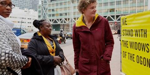 Esther Kiobel e Victoria Bera di fronte al Tribunale distrettuale dell'Aja il 12 febbraio 2019.