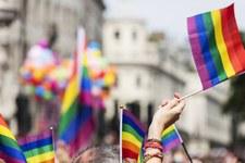 Sì alla protezione dall'odio e dalla discriminazione basati sull'orientamento sessuale