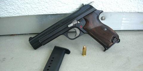 Pistola automatica P210 dell'esercito svizzero, con caricatore e munizioni © Vercing / wikicommons