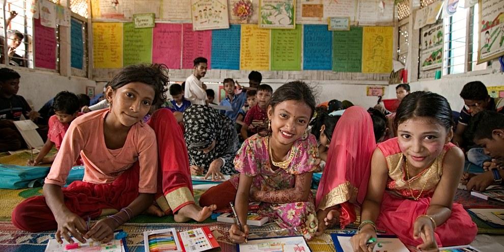 La gioia di alcune bambine Rohingya che partecipano a un progetto artistico organizzato da Amnesty nel campo profughi Cox's Bazar, in Bangladesh. ©UNICEF/SUJAN