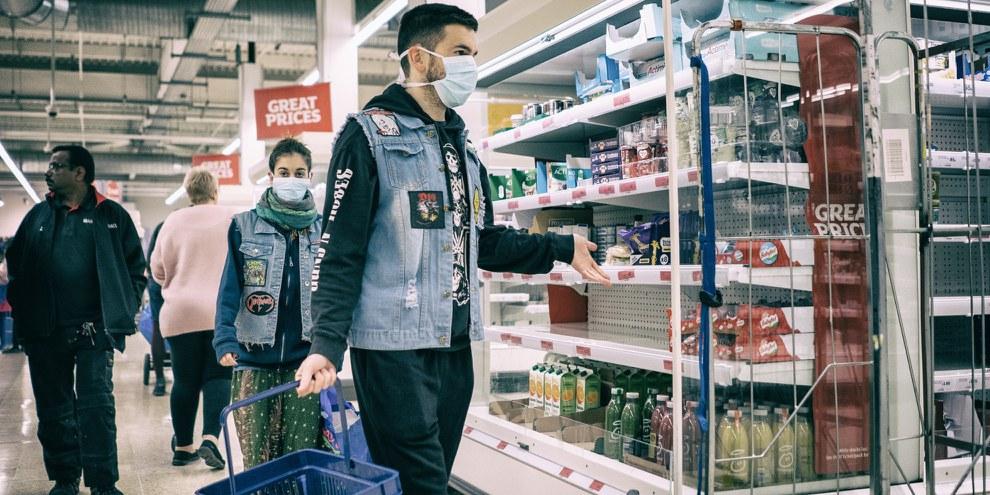 Delle persone fanno la spesa durante la crisi del Coronavirus, Londra, 19 marzo 2020 © Nickolay Romensky