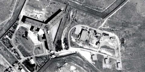 La prigione militare di Saydnaya è situata a 30 km al nord di Damasco, in Siria. La prigione è sotto la giurisdizione del ministro della difesa ed è gestita dalla polizia militare. Saydnaya è diventata celebre per l'impiego della tortura e della forza eccessiva in seguito a una rivolta di detenuto nel 2008. ©Digitalglobe 2016