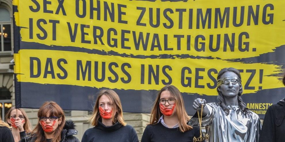 Quasi 37'000 persone e 37 organizzazioni hanno aderito alla richiesta di Amnesty di rivedere la definizione dello stupro nel codice penale per dare centralità al consenso reciproco. © AI