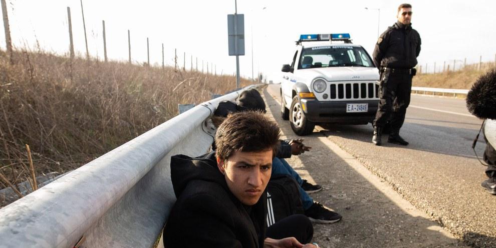 Due migranti fermati dalla polizia greca a Kavyli, nella regione dell'Evros, nelle vicinanze della frontiera terrestre tra la Grecia e la Turchia, il 3 marzo 2020. © Achilleas Chiras/NurPhoto via Getty Images