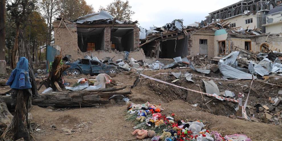 Dieci civili sono stati uccisi a Ganja, Azerbaigian, da un missile Scud  lanciato dalle forze armene, l'11 ottobre 2020, che ha distrutto anche diverse abitazioni. ©AI